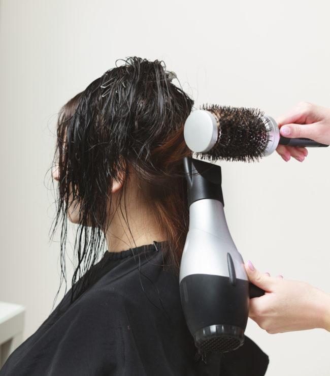 Asciugacapelli: il modo migliore per usarlo è dividendo i capelli in ciocche