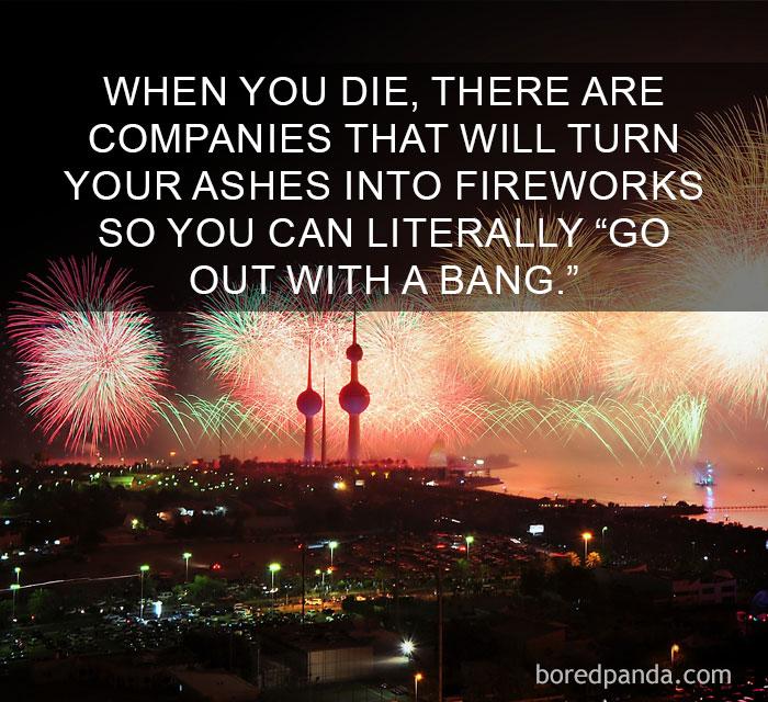 curiosità dal mondo: quando muori alcune ditte trasformano le tue ceneri in fuochi d'artificio per... una fine col botto!