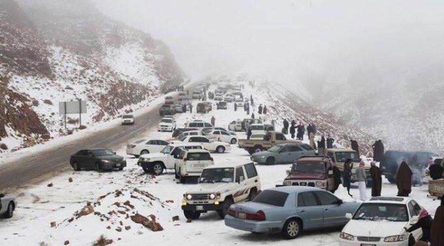 Cambiamento climatico: una distesa di neve nel deserto della penisola araba