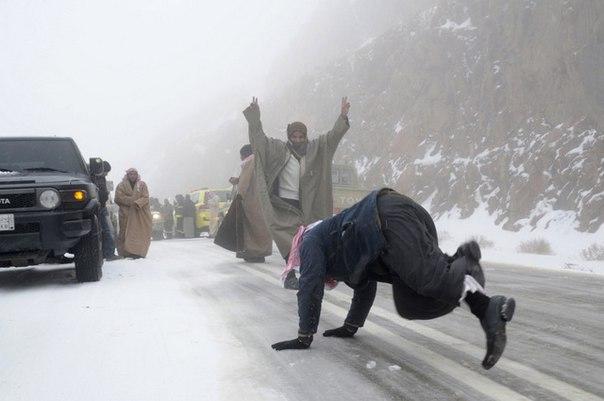 Cambiamento climatico: centinaia di arabi per le strade celebrano un evento mai visto prima nelle loro vite trascorse nel deserto